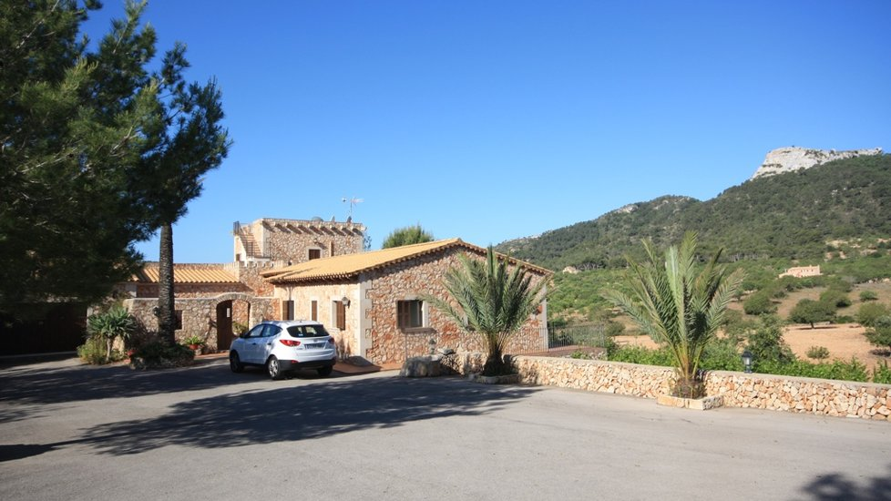 Fabulous rustic house - cottage in a huge rustic plot by s'Horta, Felanitx, Mallorca.